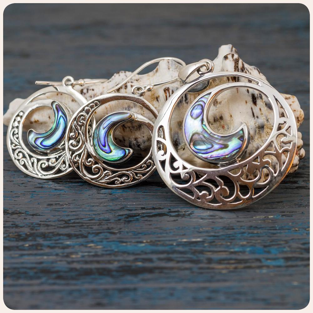 """Комплект """"Водовъртеж"""" - сребърни обеци и медальон с океански абалон"""