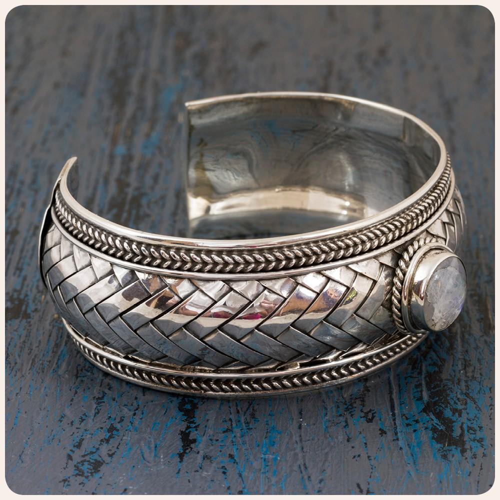 Сребърна гривна с лунен камък