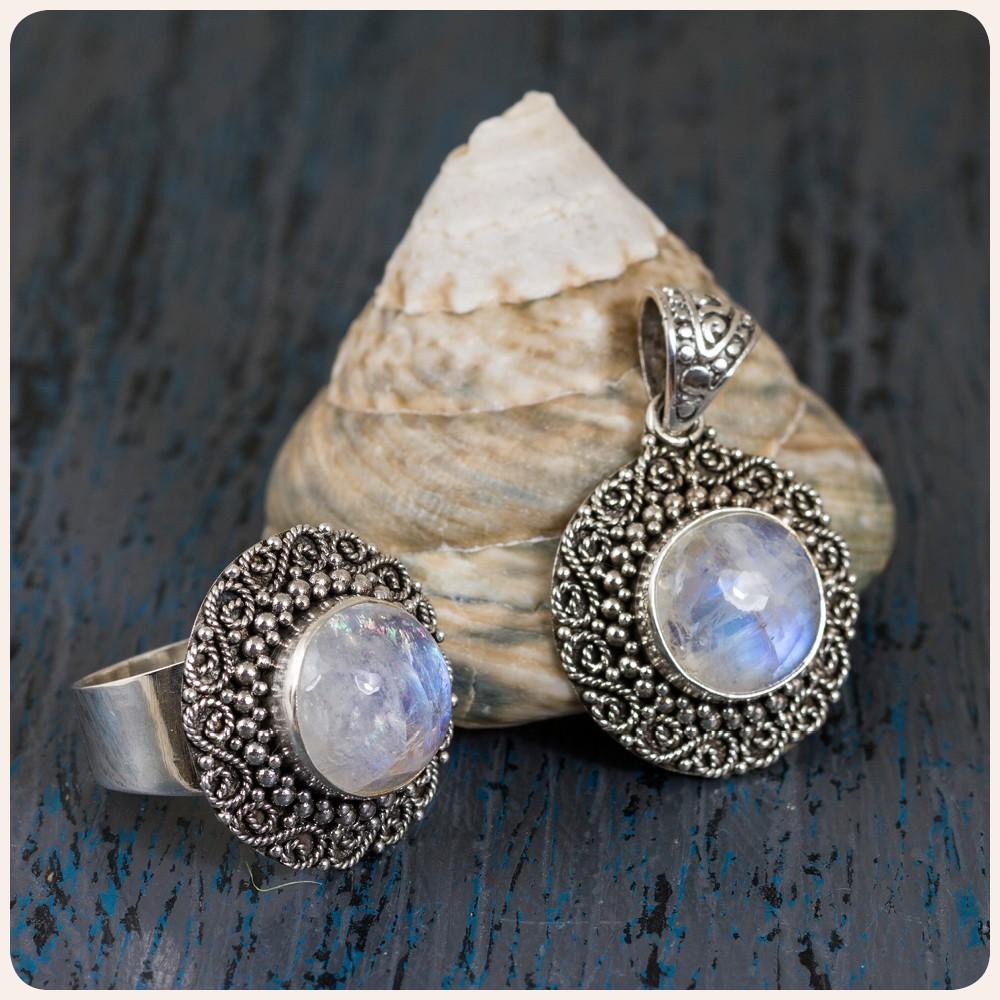 Комплект сребърен пръстен и медальон с лунен камък