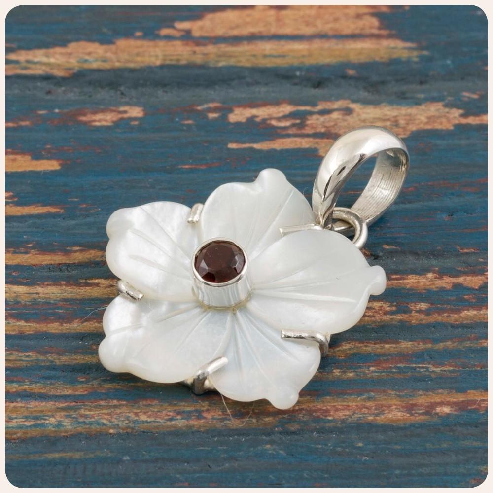 """Сребърен медальон """"Цвете"""" със седеф и гранат"""