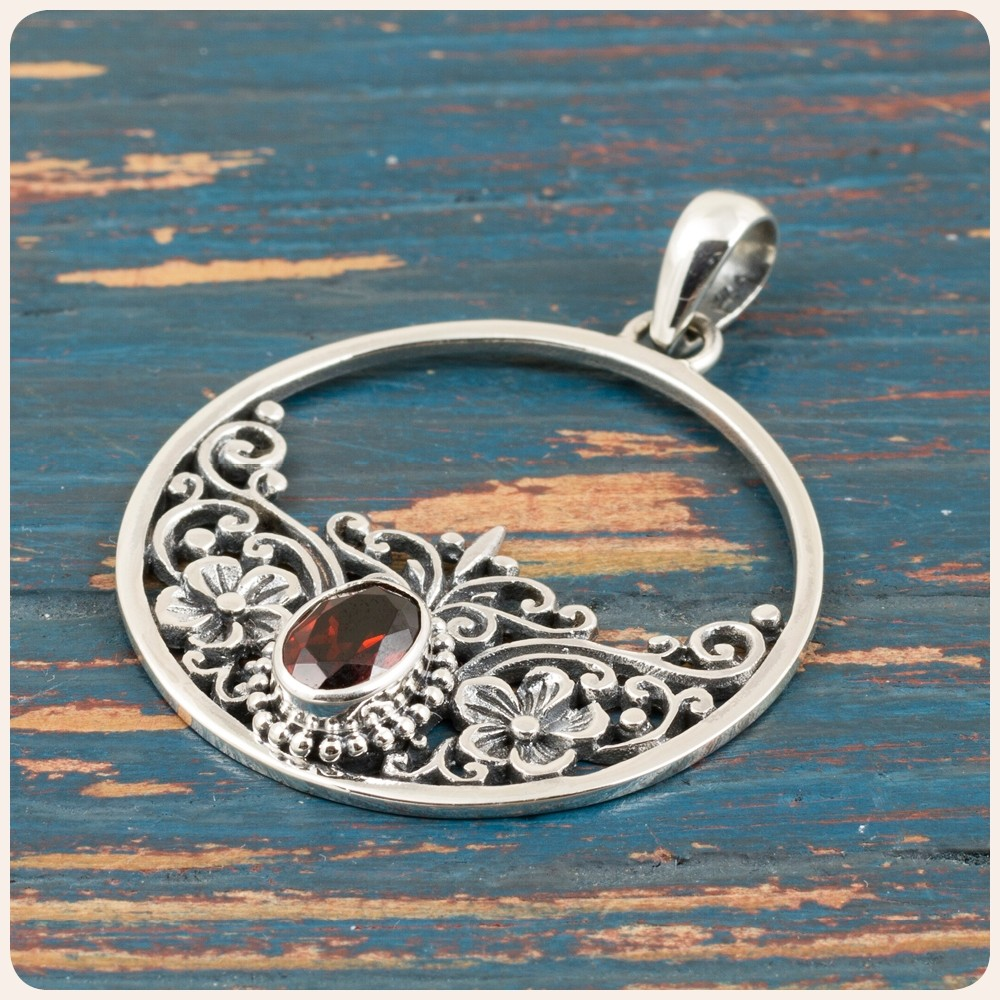 Сребърен медальон с червен гранат