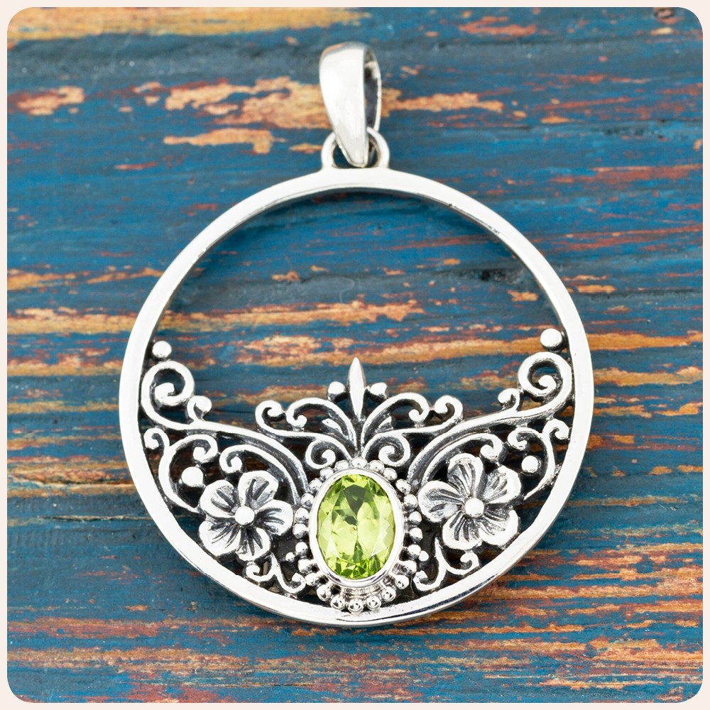 Сребърен медальон с перидот