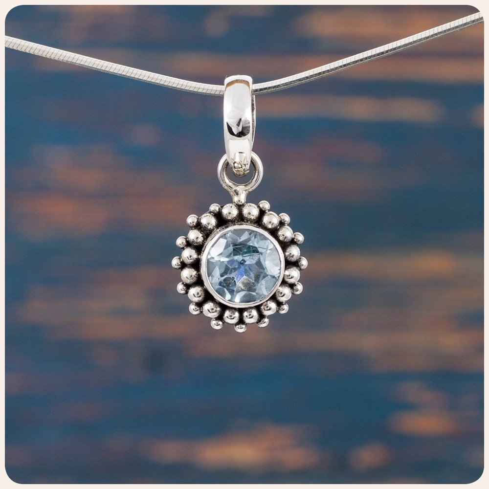 Мини сребърен медальон с топаз