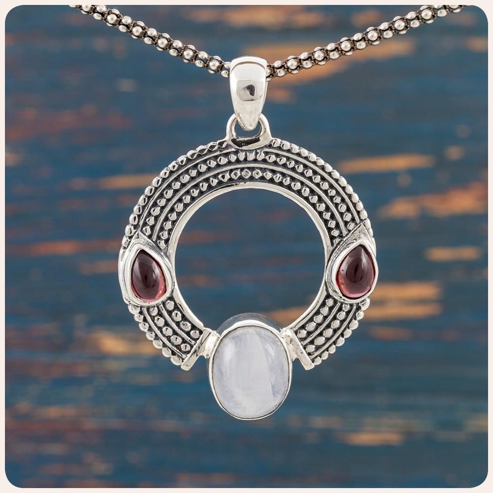 Сребърен медальон с лунен камък и гранат