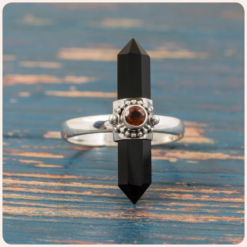 Сребърен пръстен с оникс и гранат