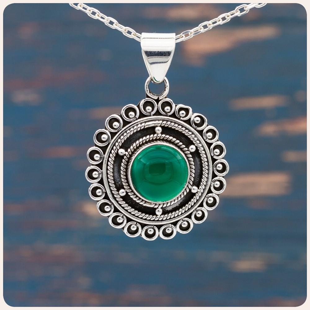 Сребърен медальон със зелен оникс
