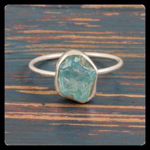 Сребърен пръстен с необработен апатит