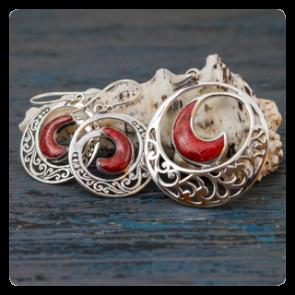 """Комплект """"Водовъртеж"""" - сребърни обеци и  медальон с корал"""