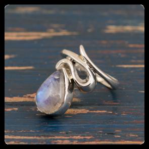 Сребърен пръстен с лунен камък