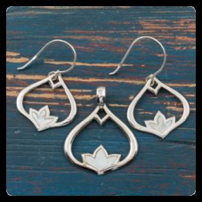 """Комплект """"Лотос"""" - сребърни обеци и медальон със седеф"""