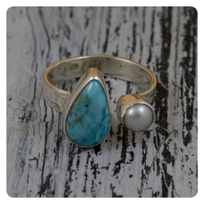 Сребърен пръстен с ларимар и перла