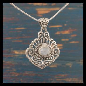 Сребърен медальон с лунен камък