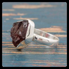 Сребърен пръстен с необработен червен гранат