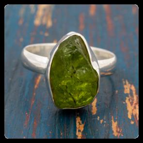 Сребърен пръстен с необработен перидот