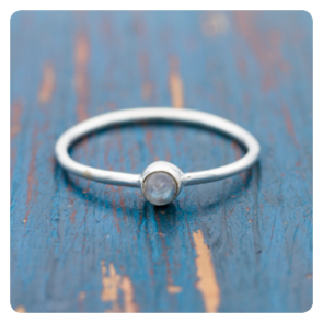 Мини сребърен пръстен с лунен камък