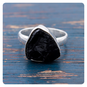 Сребърен пръстен с необработен черен турмалин
