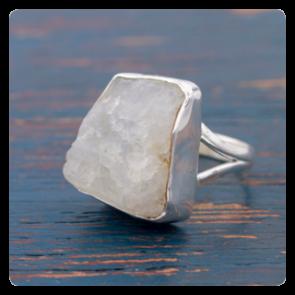 Сребърен пръстен с необработен лунен камък