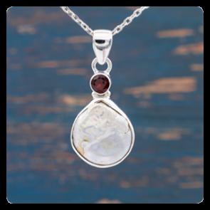 Сребърен медальон с барокова перла и гранат
